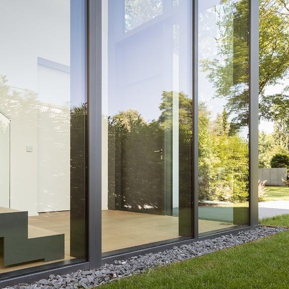 Le superfici in alluminio con decori legno proteggono i serramenti molto esposti all'irraggiamento solare.