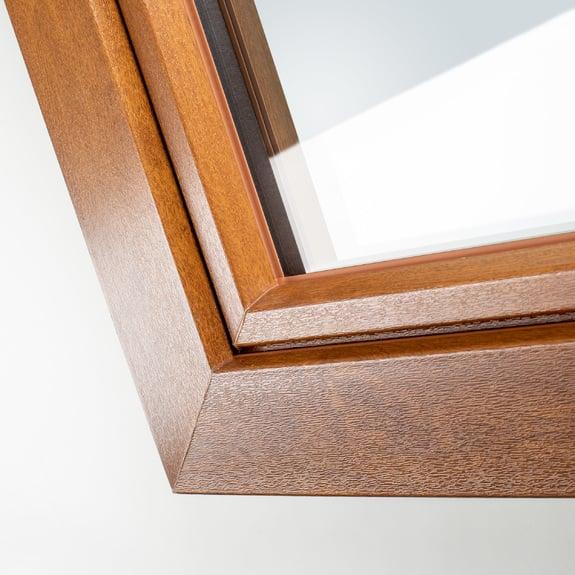 El acabado con aspecto madera está termofusionado al perfil de PVC para que queden unidas de forma permanente.