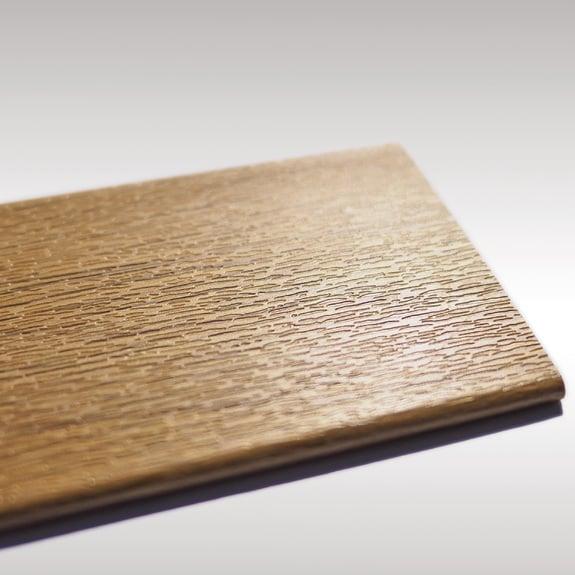 Auch Holzdekor-Oberflächen werden bei Finstral immer geprägt.