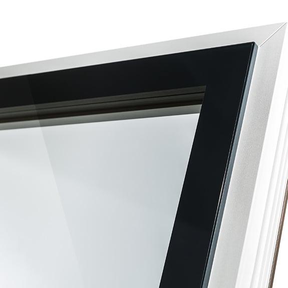 Exterior com perfil de folha estreito e estética tudo em vidro no interior.