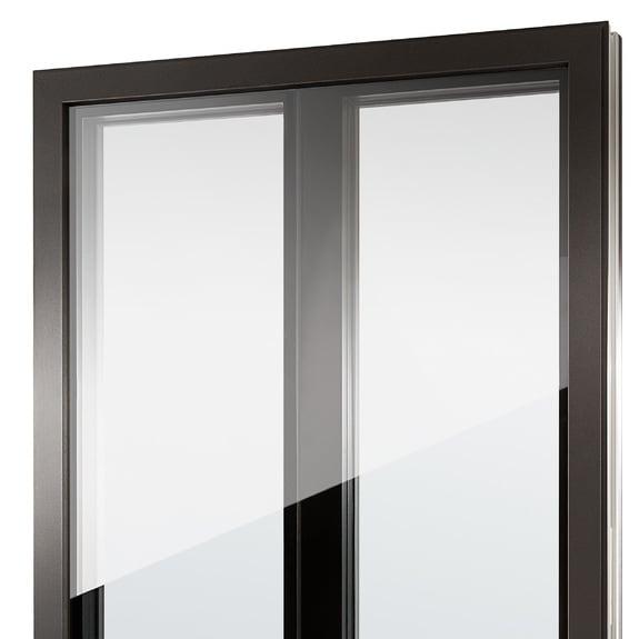 O batente central com estética tudo em vidro Nova cria ainda mais transparência.