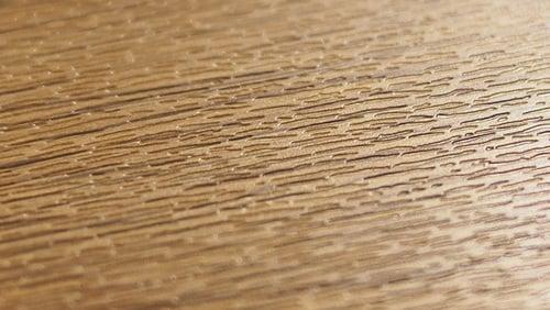 Kunststoff-Holzdekor mit Prägung