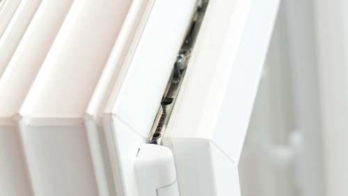 Ferragem de ventilação limitada com abertura basculante