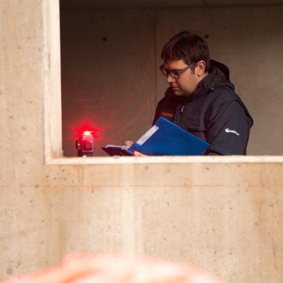 Montagearbeiter vor Einbau der Alu-Fenster