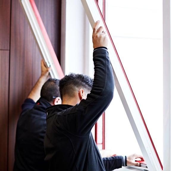 Renovatie van oude kunststof en aluminium ramen.