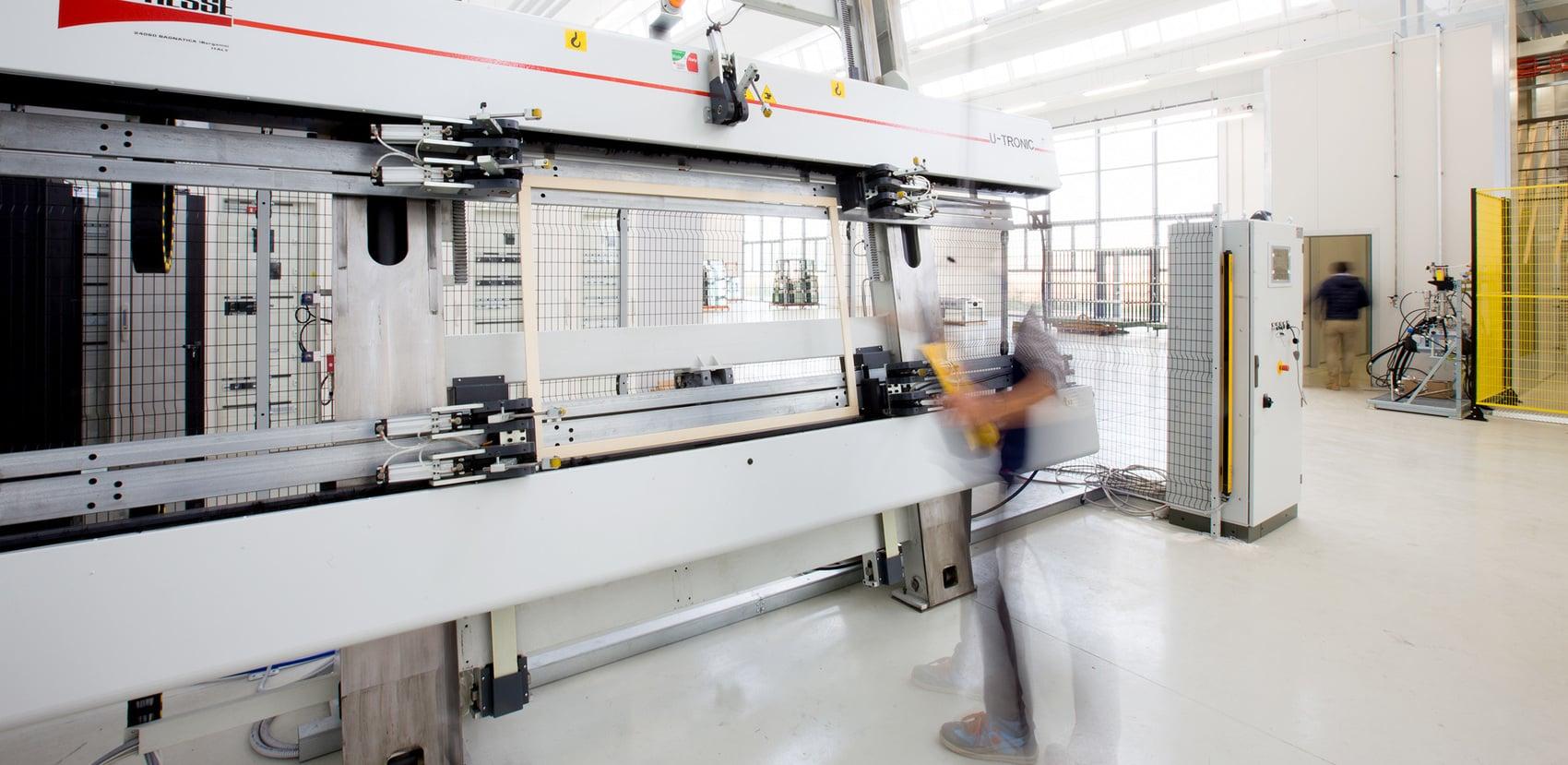 Houtverwerking in de fabriek in Oppeano.