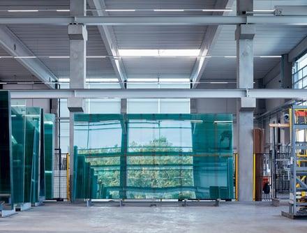 Glas trifft Fenster.