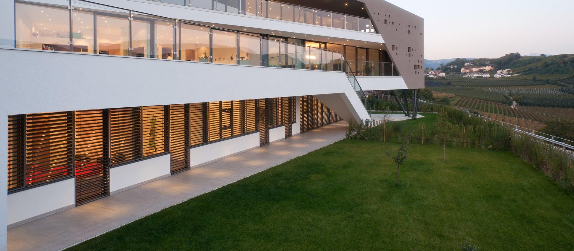 Seitenansicht eines Neubaus mit Aluminium-Fensterfront