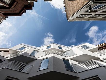 """""""Le finestre definiscono l'estetica dell'edificio."""""""