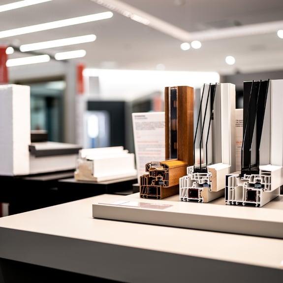 Imaginez vos futures fenêtres, portes ou vérandas sur les tables de démonstration Finstral.