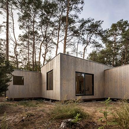 Casa in legno nel bosco