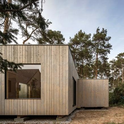 Casa de madeira no lago Köriser See