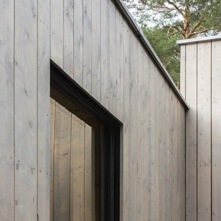 Maison en bois au milieu des arbres